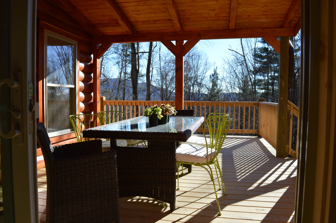 outdoor dining at vacation rental log cabin